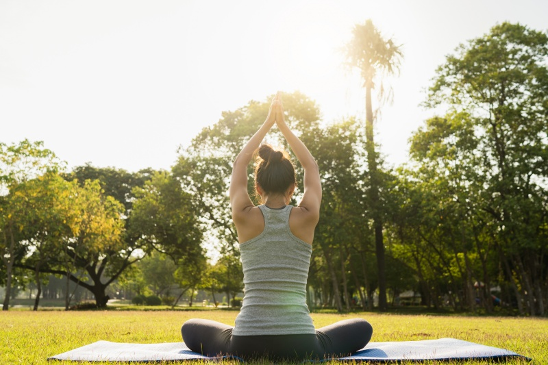 szczupła kobieta uprawia yogę