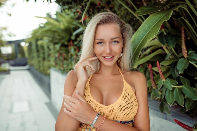 blondynka z dużym biustem