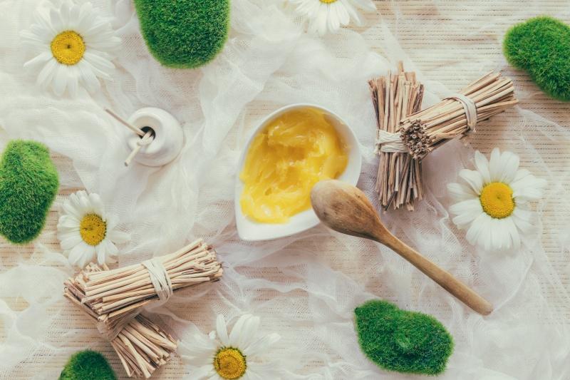 masło shea na stole w dzbanuszku