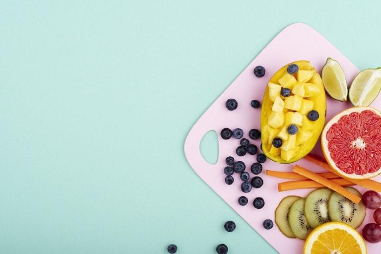 owoce na desce do krojenia