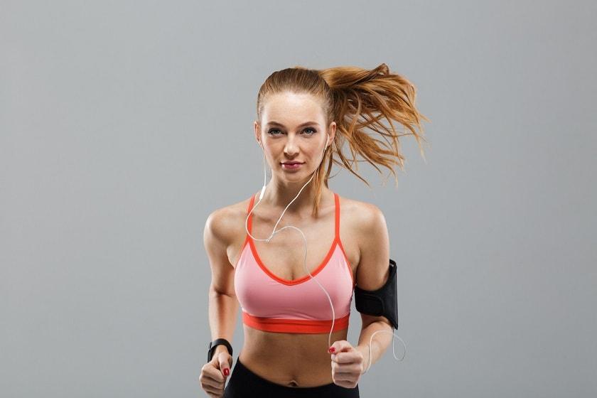 młoda dziewczyna na joggingu