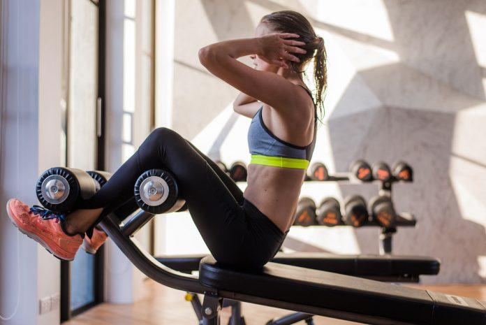 kobieta wykonująca ćwiczenia na brzuch