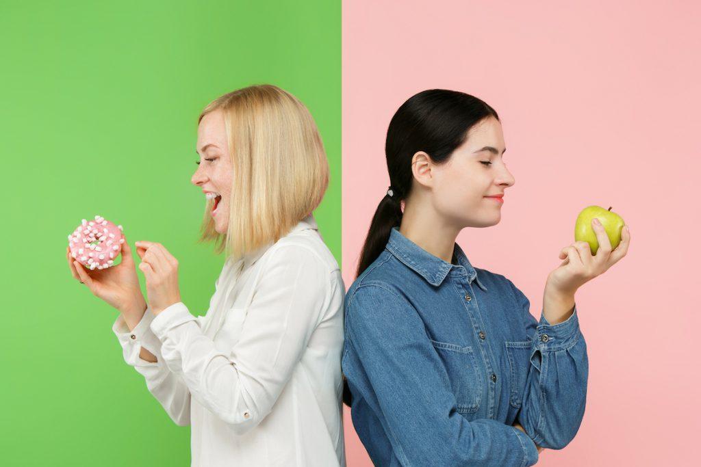 kobieta z ciastkiem i kobieta z jabłkiem