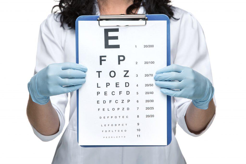 kobieta trzymająca tablicę do badania wzroku