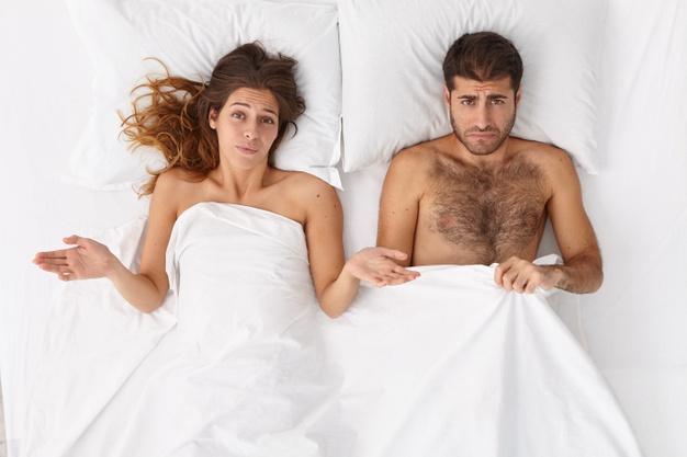 zdziwiona kobieta w łóżku